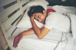 Tipos de trastornos del sueño: hombre trastorno sueno heelespana 300x200 - HeelEspaña