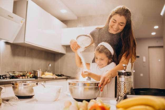 Ejercicio en casa | Medidas ante el confinamiento: madre hija hornear juntos cocina - HeelEspaña