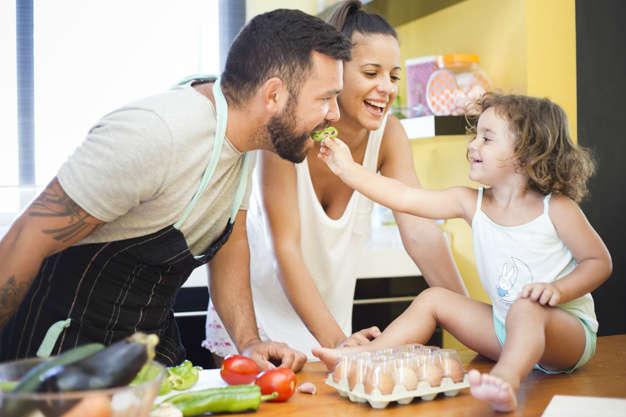 Calidad del sueño | Factores que lo alteran: mujer viendo hija alimentando pimiento - HeelEspaña