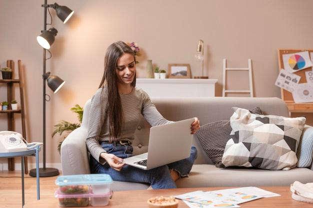 Consecuencias del teletrabajo para la salud: mujer computadora portatil - HeelEspaña