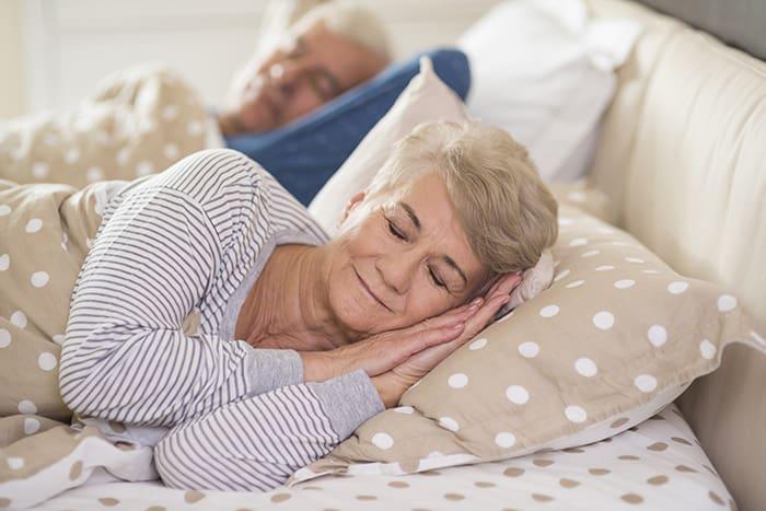 ¿Cambia la secreción de melatonina con los años?